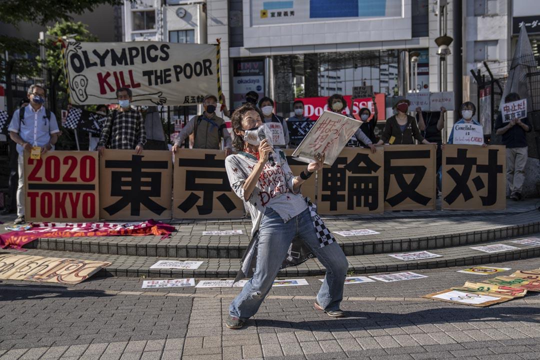 2021年5月23日日本東京,一名抗議者在對東京奧運會的示威活動中吶喊。