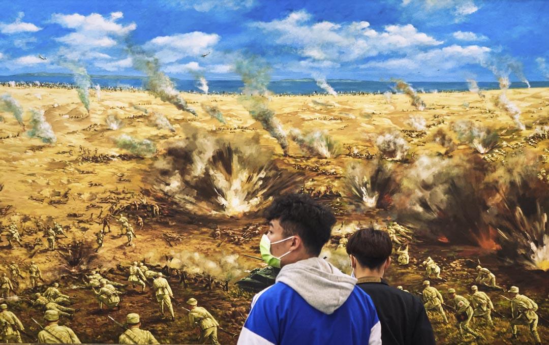 2021年2月3日,金門,年青人在古寧頭戰役博物館觀看畫作。