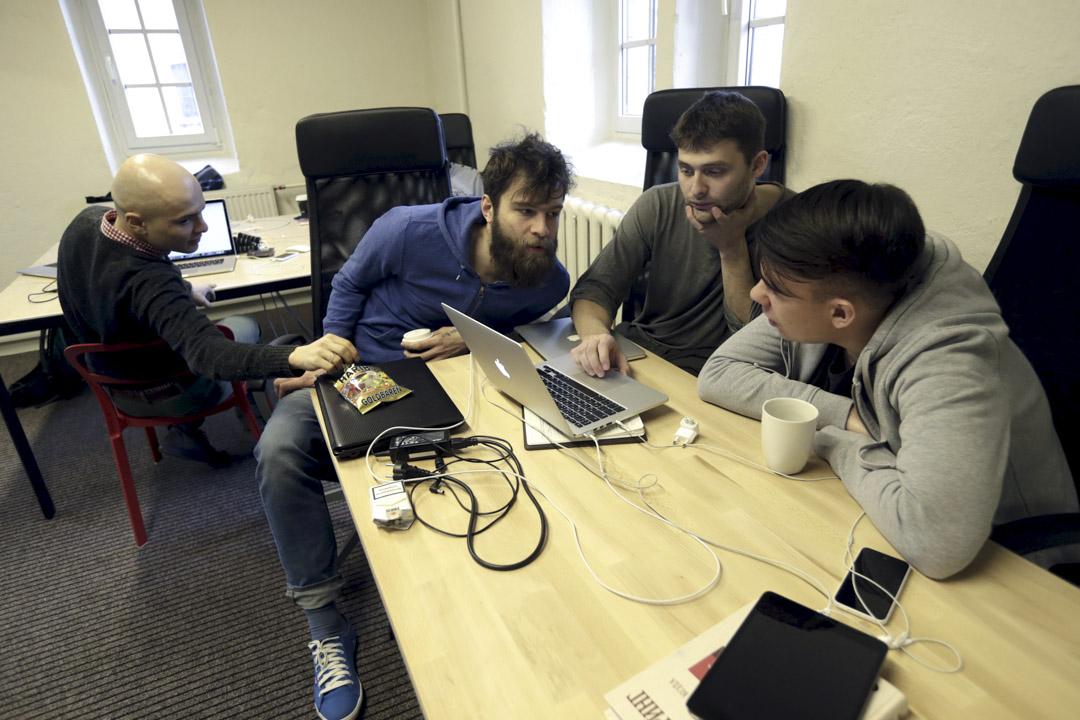 2015年3月30日,記者於 Meduza 辦公室工作。