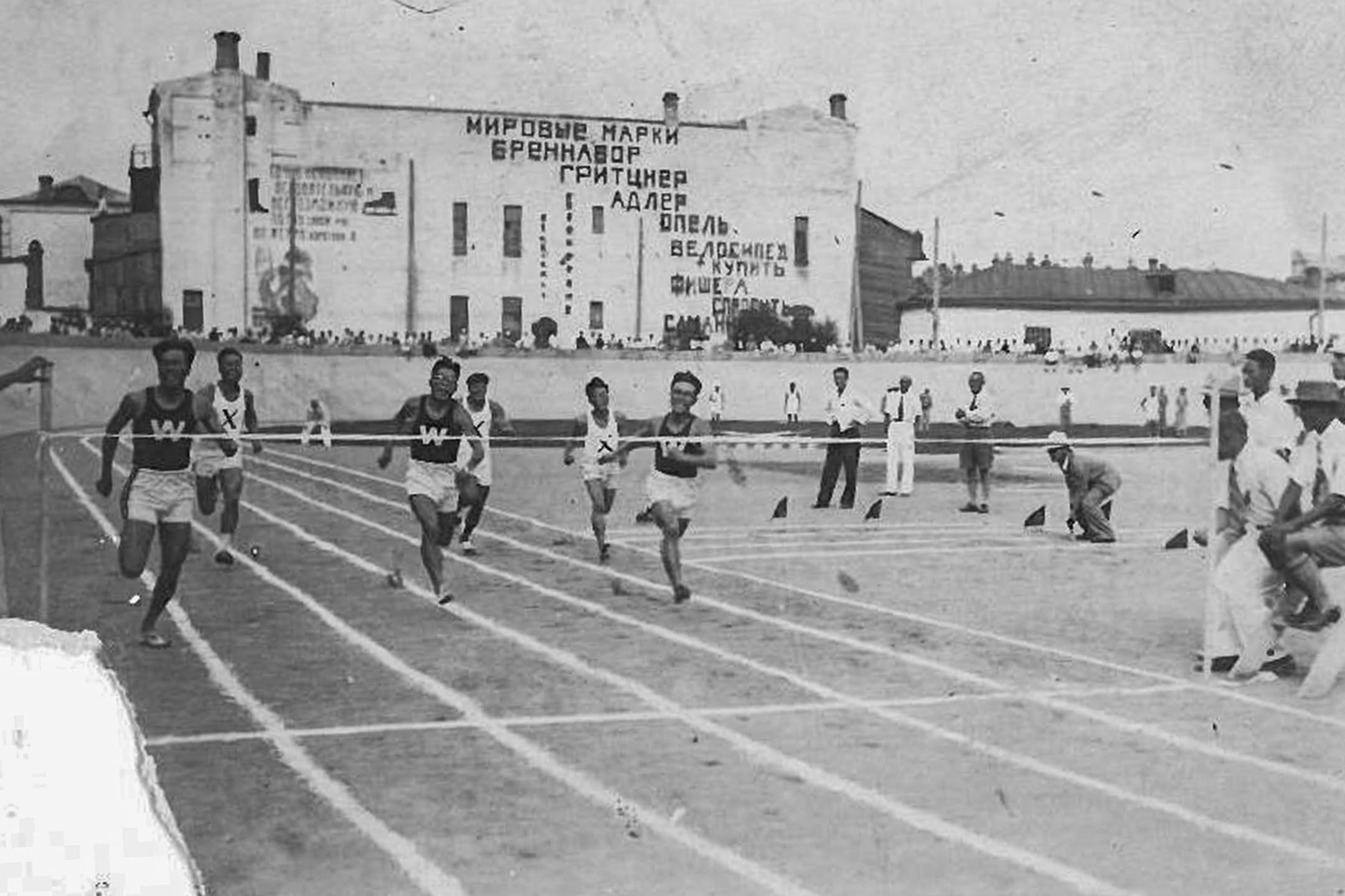 1933年,哈爾濱自由賽車場,張星賢(左一)代表早稻田大學田徑部,與隊友遠征朝鮮、滿洲,在100公尺項目奪得第一名。