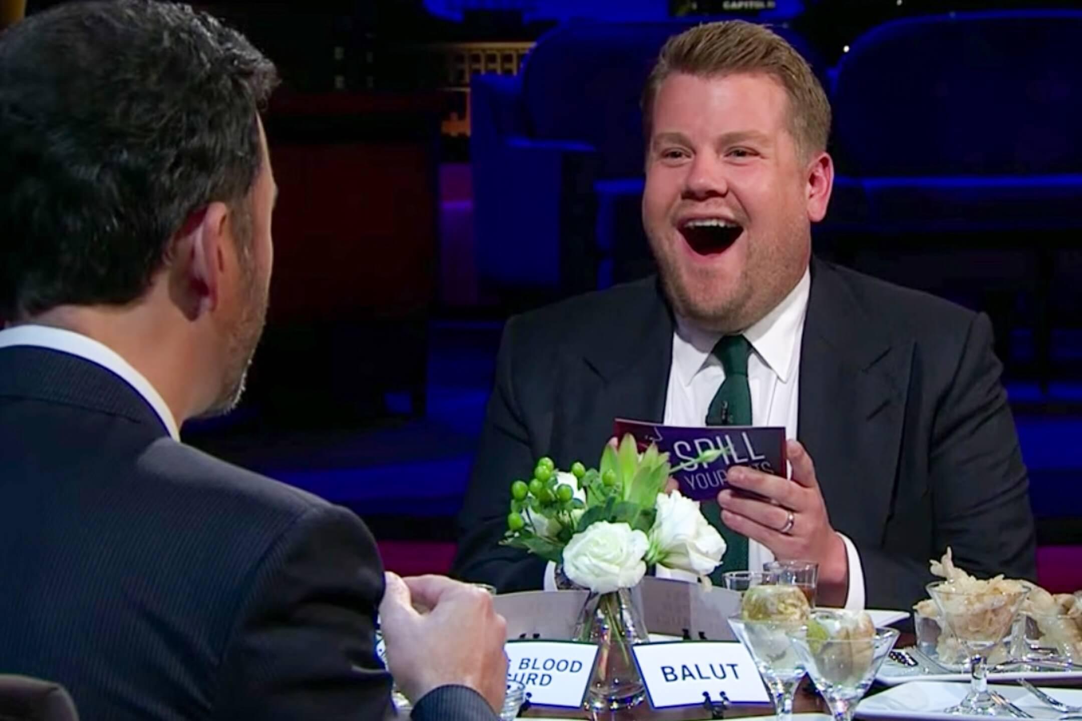 英國名嘴James Corden在節目《Late Late Show》上與嘉賓試食亞洲料理,引起種族歧視爭議。 網上圖片