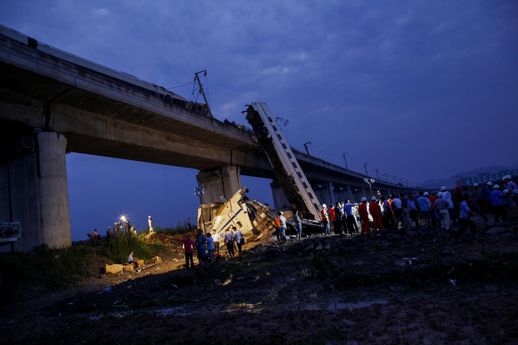 2011年7月24日,溫州一列動車兩節車廂脫軌並從一座橋上墜落,救援人員第二天繼續展開救援行動。  攝:Aly Song /Reuters/達志影像