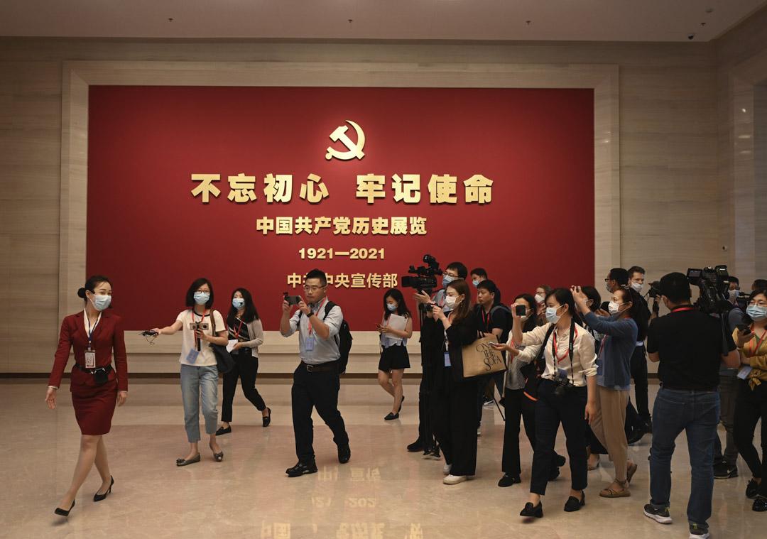 2021年6月25日,北京,記者採訪新建成的中國共產黨博物館。
