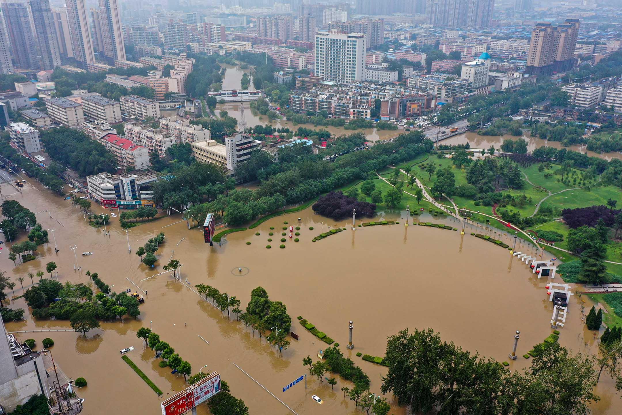 2021年7月23日中國河南省新鄉,暴雨後被洪水淹没的城市。