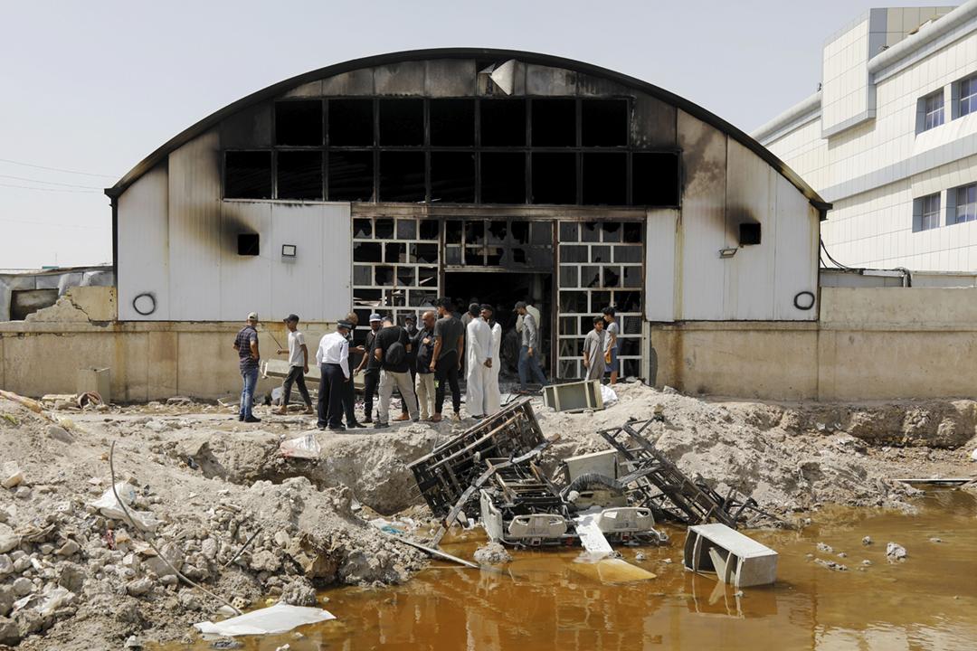 2021年7月13日在伊拉克南部城市納西里耶,一間專門收治「2019 冠狀病毒」患者的醫院在前一晚發生大火,造成至少50人死亡。 攝:Khalid al-Mousily / Reuters