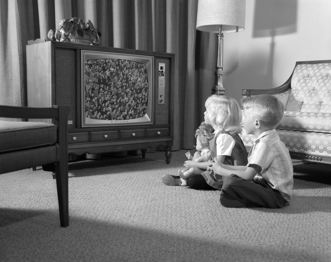 1960年代,小朋友坐在客廳的地板上看電視。 攝:H. Armstrong Roberts/ClassicStock/Getty Images