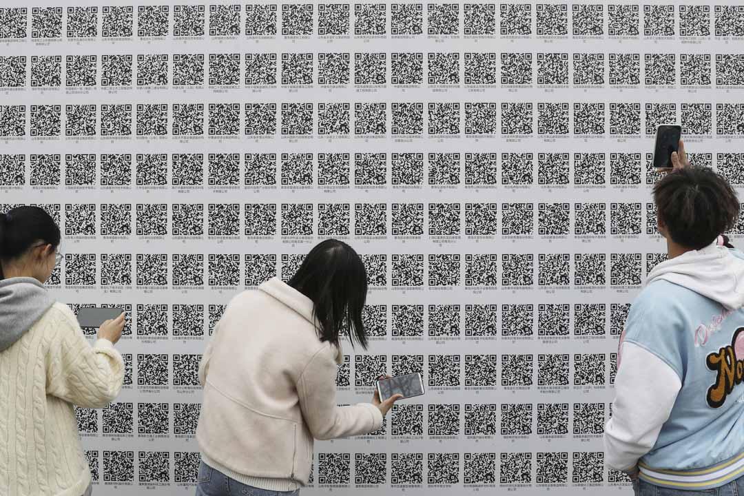2021年3月20日,山東青島市舉行的山東科技大學招聘會上,大學生掃描二維碼尋找就業機會。
