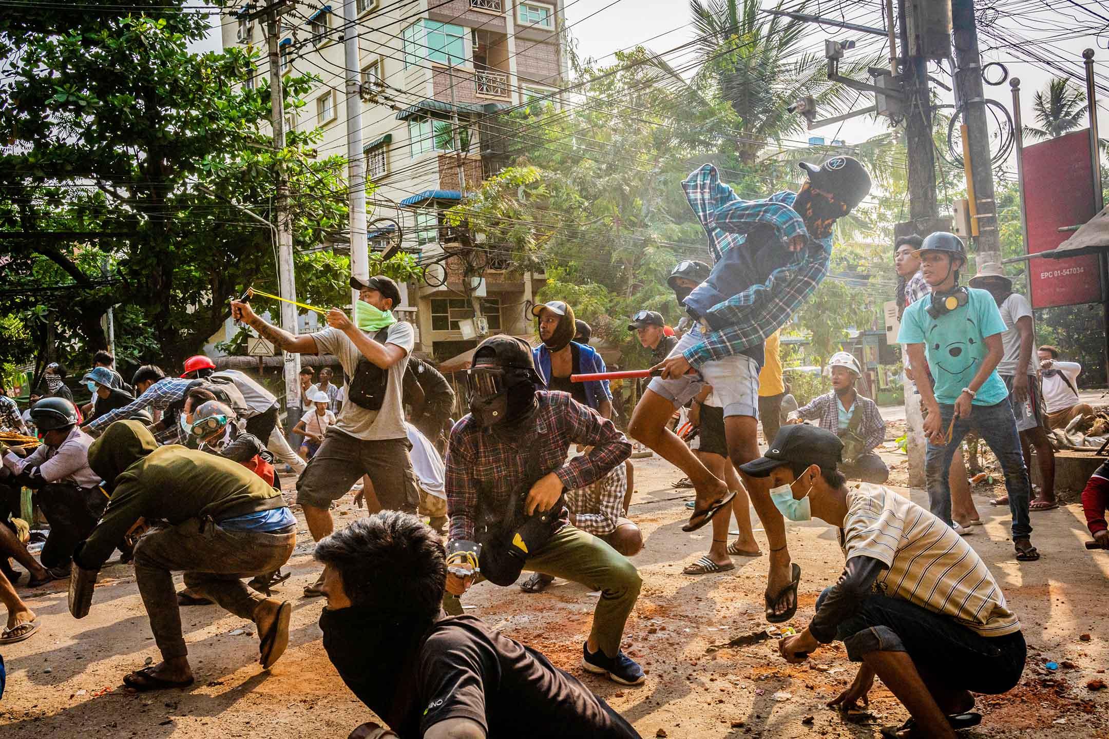 2021年3月28日緬甸仰光,示威者使用彈弓和投擲石塊逼近安全部隊。