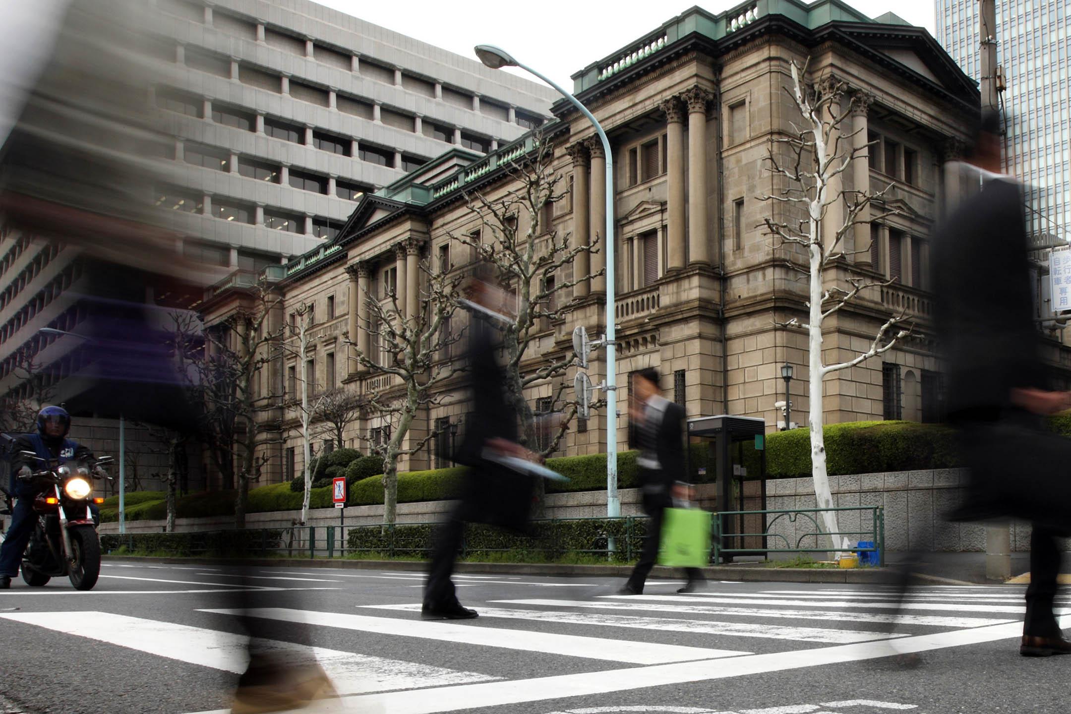 2010年3月16日,行人走過日本東京的日本銀行總部。