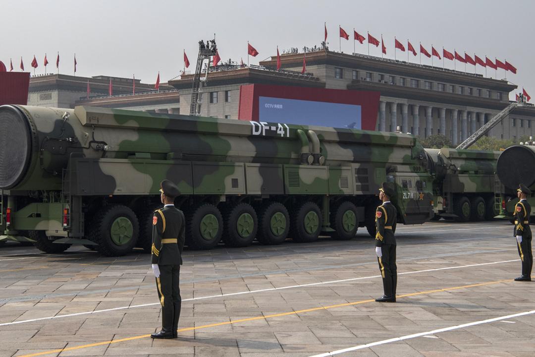 2019年10月1日,中國在北京天安門廣場舉行閱兵儀式,展示可以攜帶核彈頭的東風-41洲際彈道導彈。 攝:Kevin Frayer / Getty Images