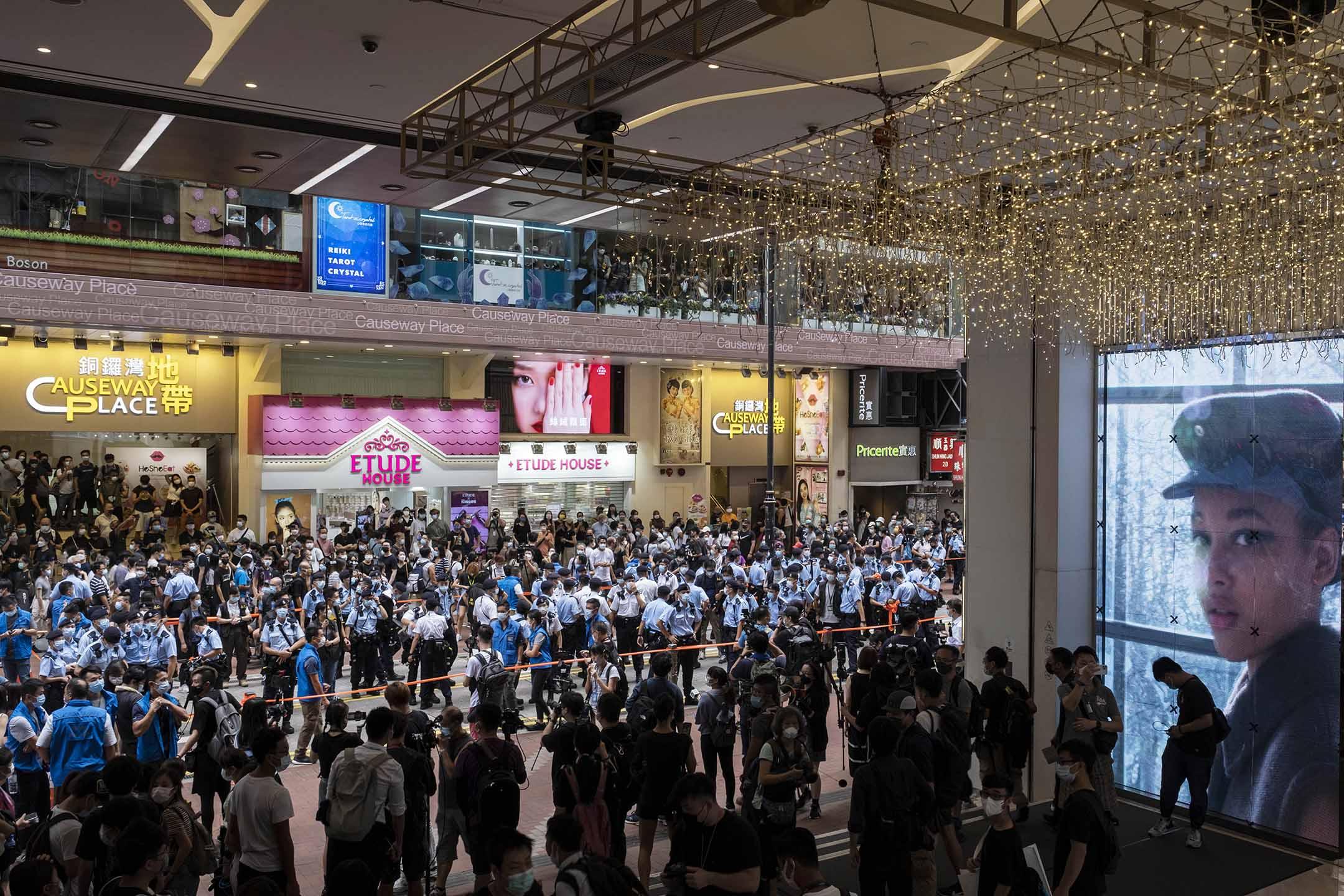 2021年7月1日香港銅鑼灣,大批警員在東角道及記利佐治街一帶駐守巡邏,不許市民聚集。