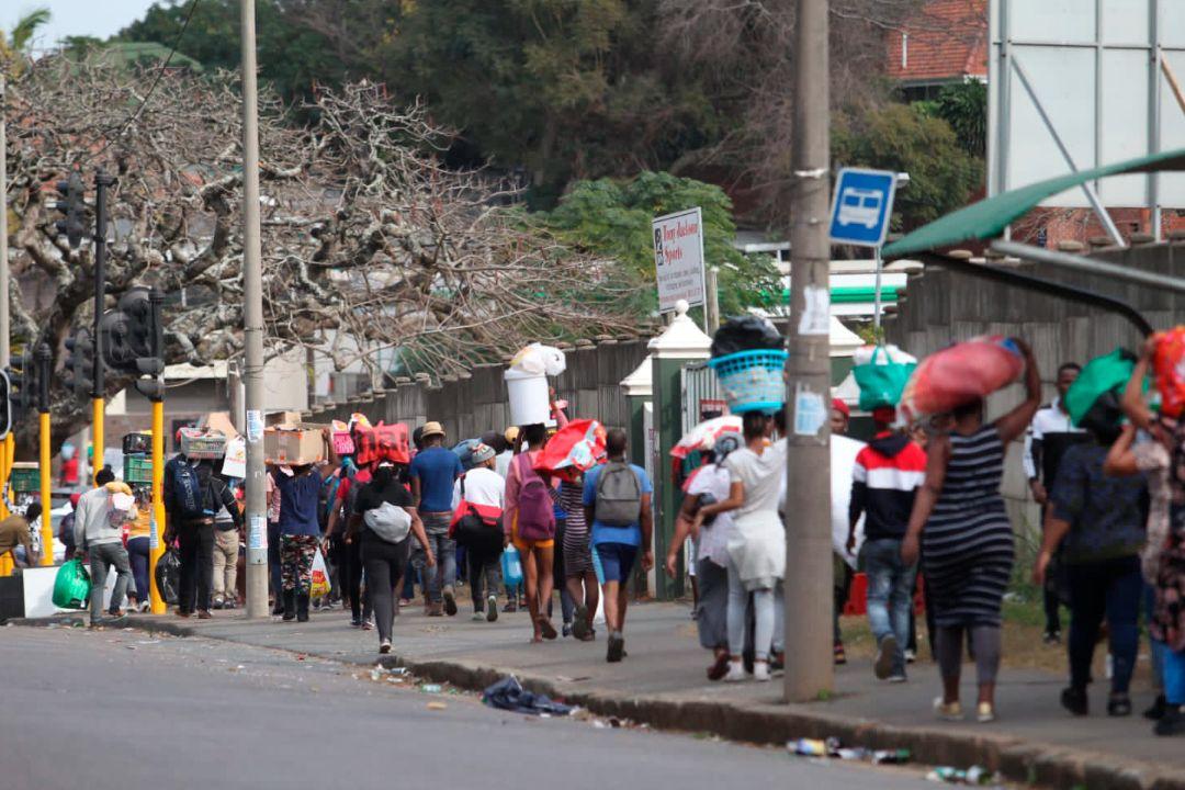 2021年7月13日,南非夸祖魯-納塔爾省(KwaZulu-Natal)德班(Durban),民眾搶劫商店。 攝:AP Photo
