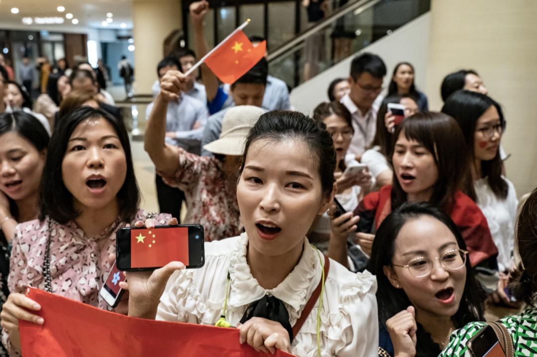 2019年9月24日,香港,反修例運動期間,有中國支持則在商場內揮動中國國旗和唱中國國歌。