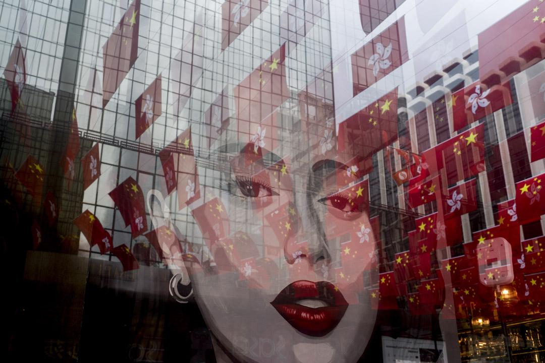 2021年6月29日,尖東一個商場外掛滿香港特區區旗及中國國旗。