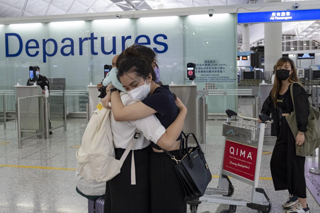 2021年6月30日香港國際機場,市民在離境大堂相擁道別,準備登上前往英國的航機。