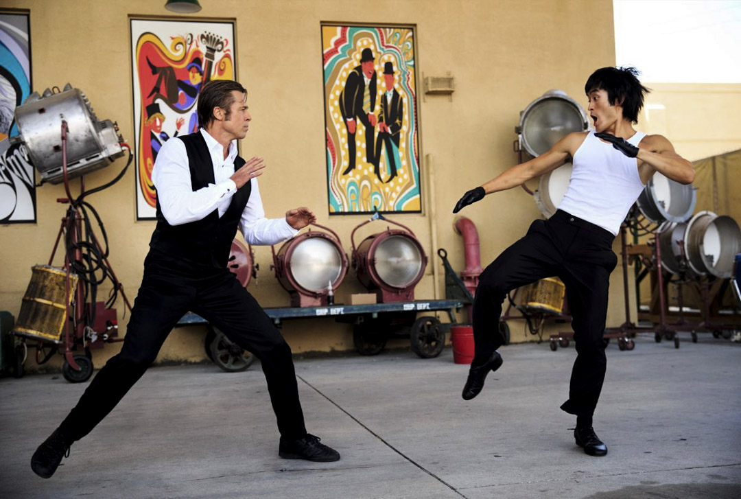 《從前,有個好萊塢》中,由美籍韓裔演員麥克.毛(Mike Moh)飾演的李小龍,在一場略顯滑稽的對決之下,被布萊德.彼特(Brad Pitt)飾演的克里夫摔到車上。 影片截圖