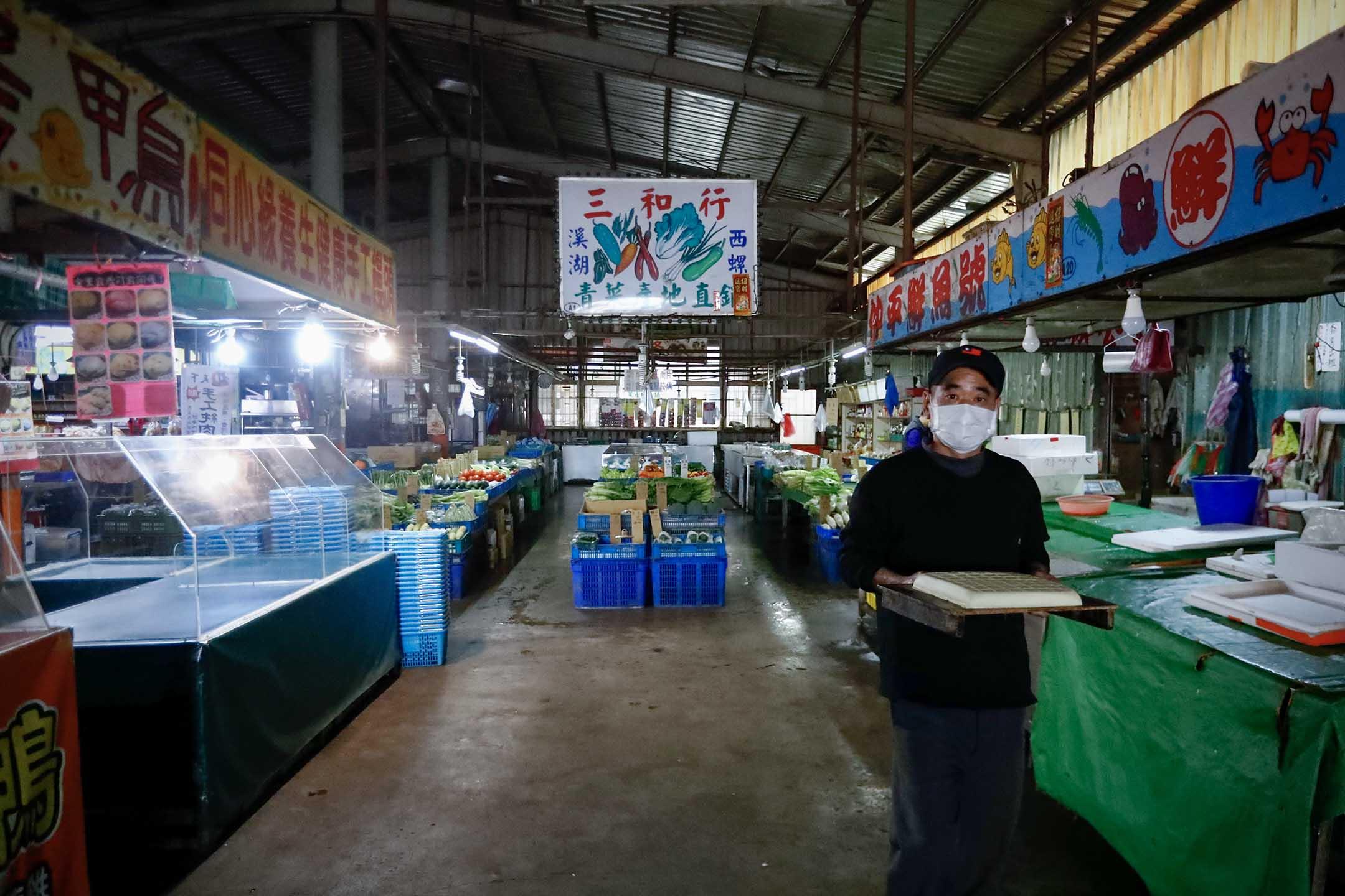 2021年1月26日台灣桃園,市場的遊客和顧客顯著減少。 攝:Ceng Shou Yi/NurPhoto via Getty Images