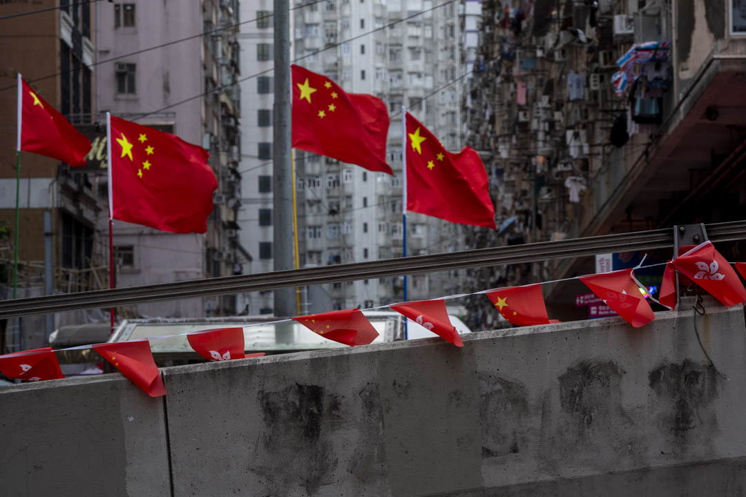 2021年7月1日,北角一條天橋上掛了中國國旗及香港特區區旗,而橋的牆上則有被油漆淹蓋的痕跡。