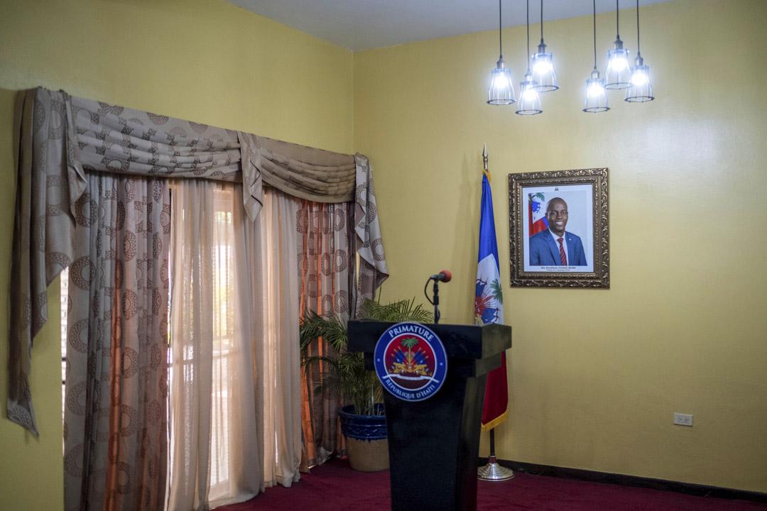 2021年7月13日,在海地太子港被暗殺將近一周後,臨時總理克勞德·約瑟夫在他家舉行的新聞發布會之前,牆上掛著一張已故海地總統 Jovenel Moise 的照片。