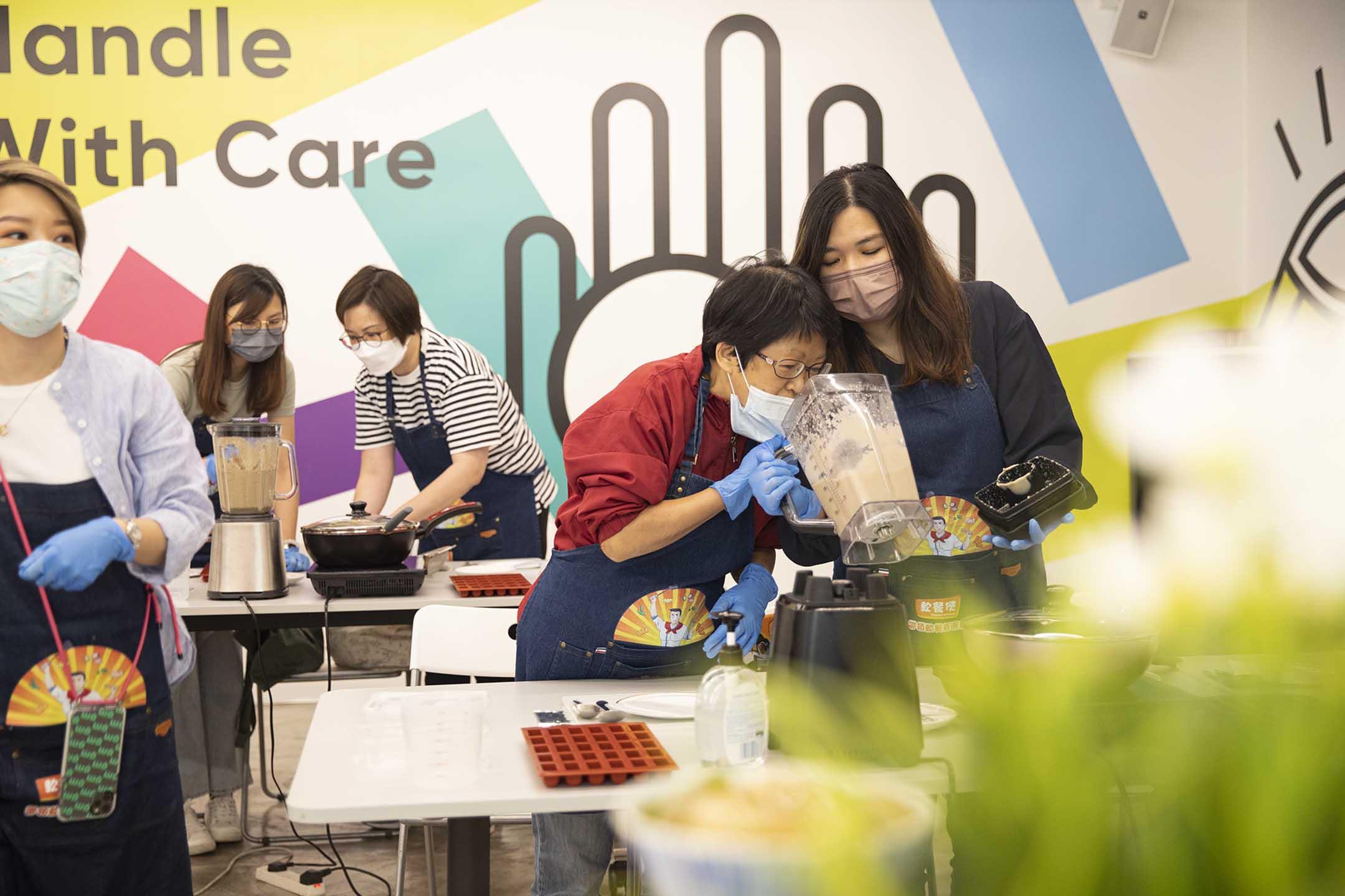 2021年4月10日,學員學習如何製作軟餐。 攝:陳焯煇/端傳媒