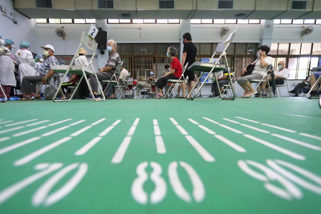 2021年7月5日,台北長者在疫苗接種中心等待接種新冠病毒疫苗。