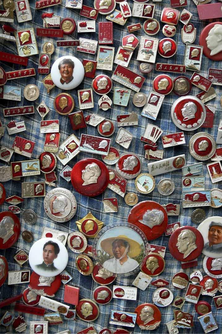 2006年10月19日,上海一個市場上有很多前領導人毛澤東的肖像別針售賣。