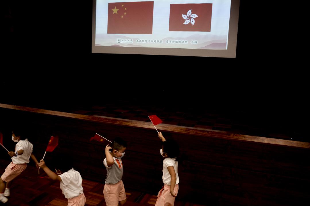 2021年7月1日,北角培僑中學有慶祝建黨100 周年的活動,其中出席的不少學生都每人手持一支小國旗。