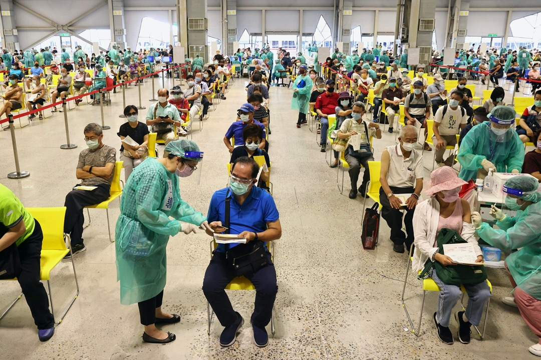 2021年7月14日,台北市,市民在輪候接種莫德納2019冠狀病毒疫苗。