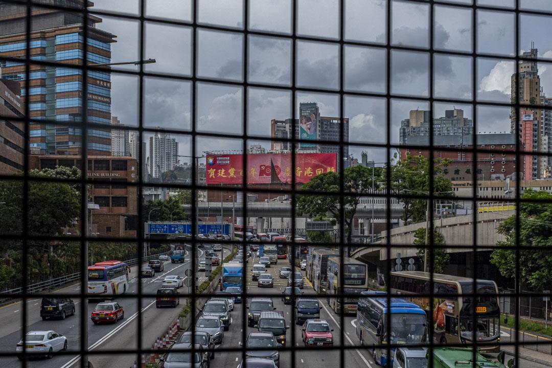 2021年6月29日香港紅磡理工大學外,一條圍著鐵絲網的行人天橋,可看到祝賀中國共產黨成立100週年的大型海報。