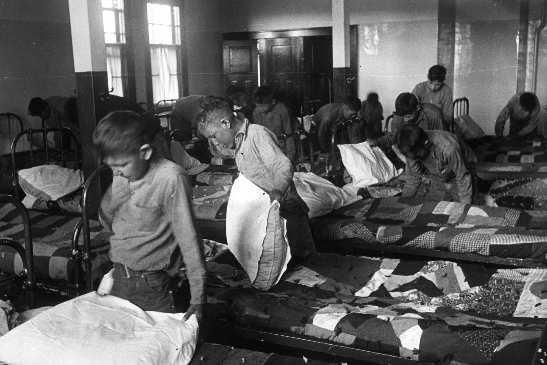 1950年,北美印第安兒童在加拿大寄宿學校的宿舍裡。