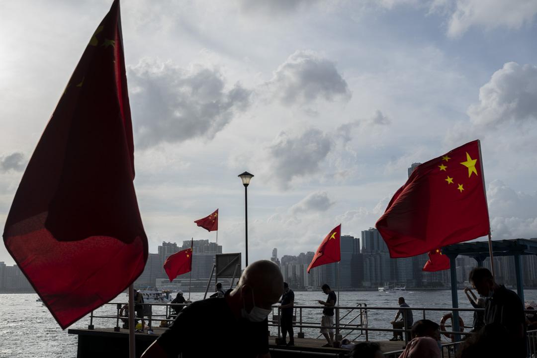 2021年7月1日,北角海濱公園有大量中國國旗隨風飄揚。
