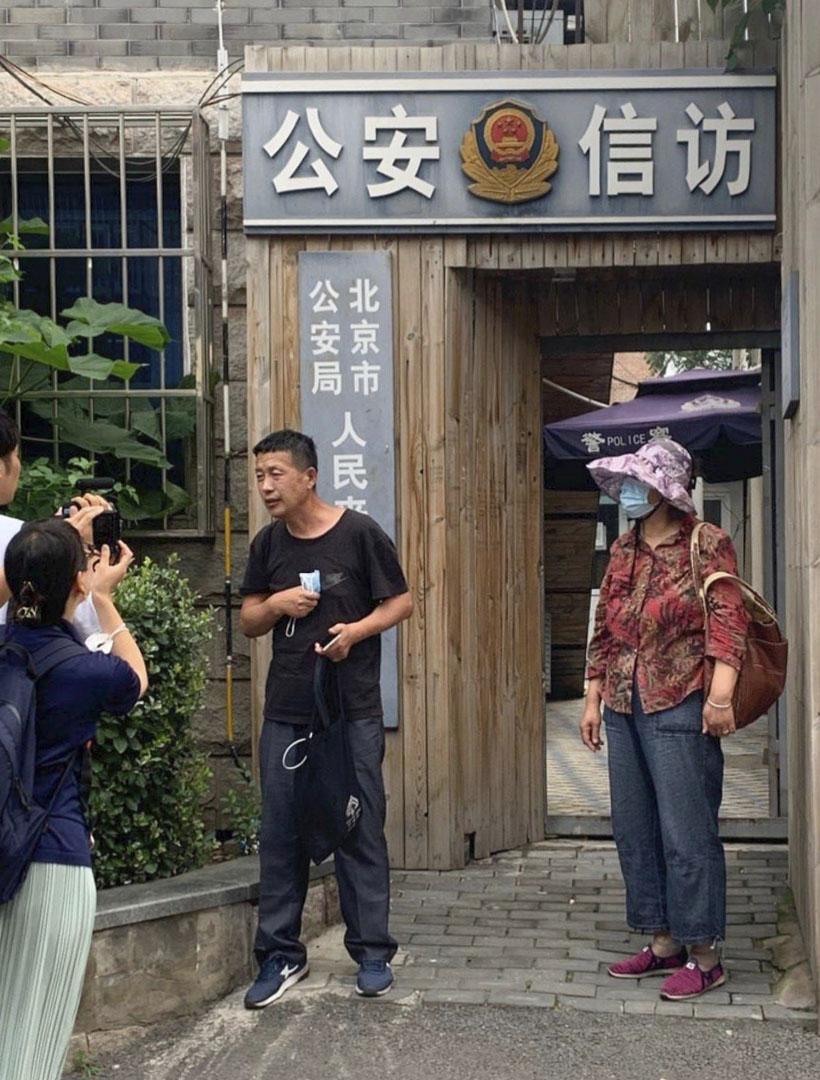 7月7日,唐吉田再次去北京信訪局,請求當局解除對自己的邊控。他說,要是擔心我出境會怎麼樣,可以派人跟着我,給我戴手銬腳鐐都行,只要讓我看到孩子。