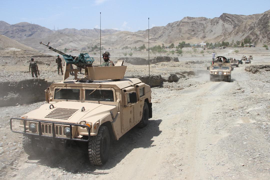 2021年7月21日,阿富汗楠格哈爾省,政府軍在阿富汗與巴基斯坦邊境部署行動。 攝:Anadolu Agency/Getty Images