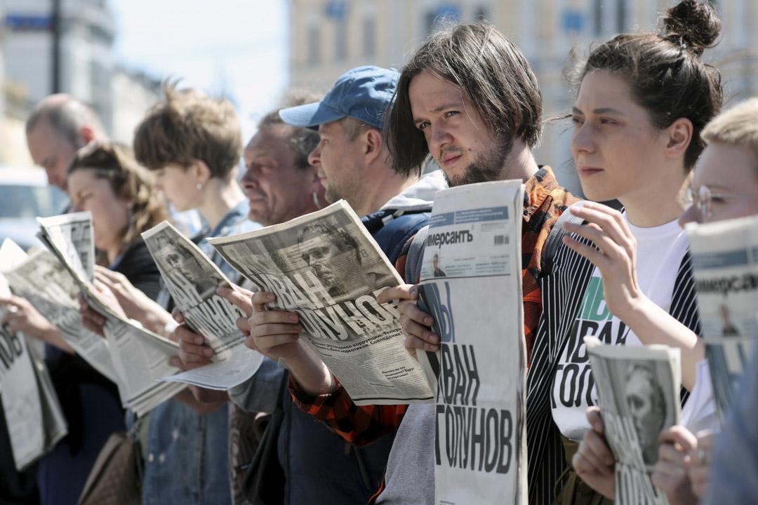 2019年6月12日,Meduza記者Ivan Golunov因涉嫌毒品犯罪被俄羅斯政府羈押,人們在集會上拿著報紙支持並要求政府釋放Ivan Golunov。 攝:Peter Kovalev\TASS via Getty Images