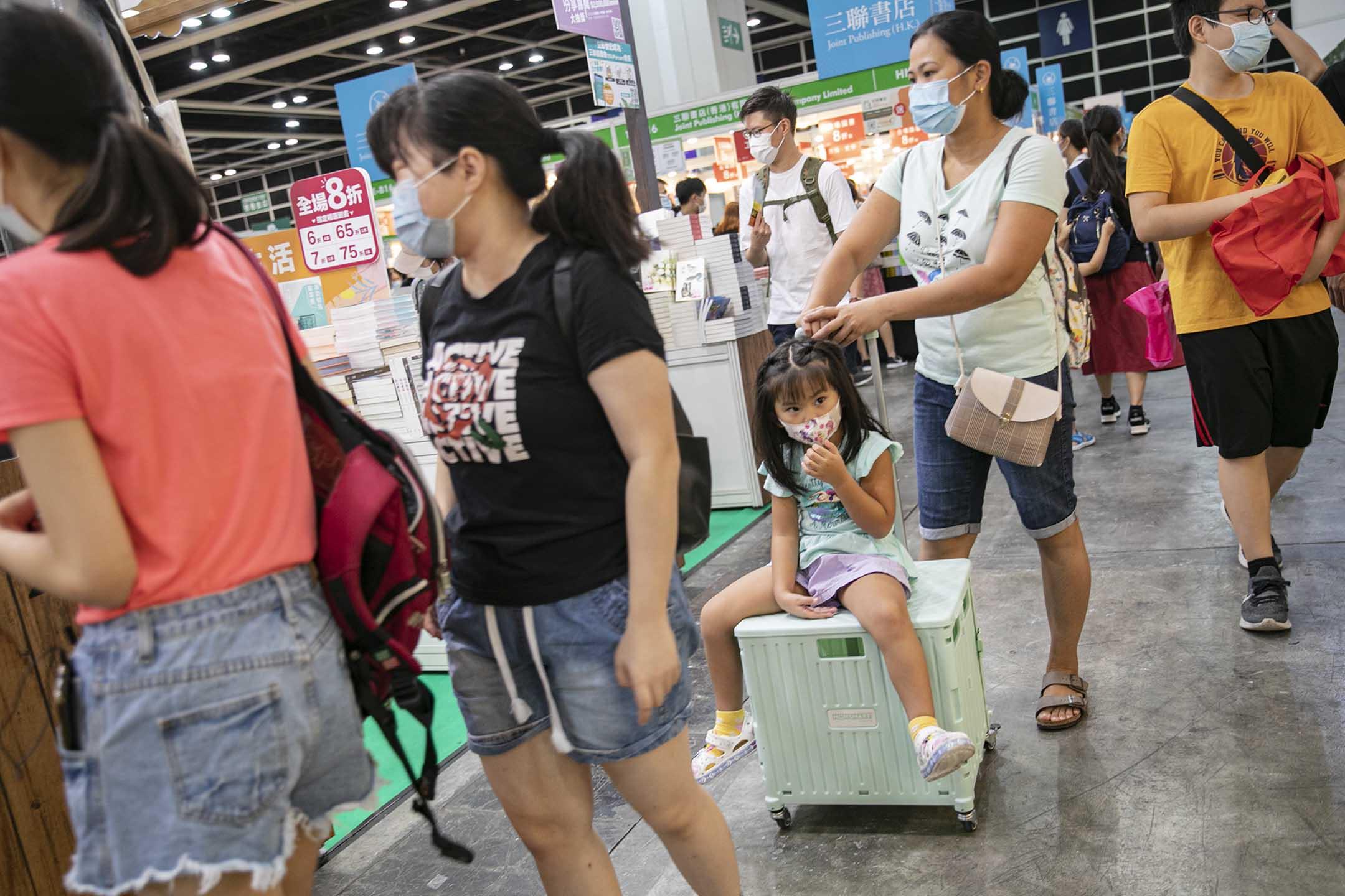 2021年7月14日香港書展,市民帶著箱子購書。