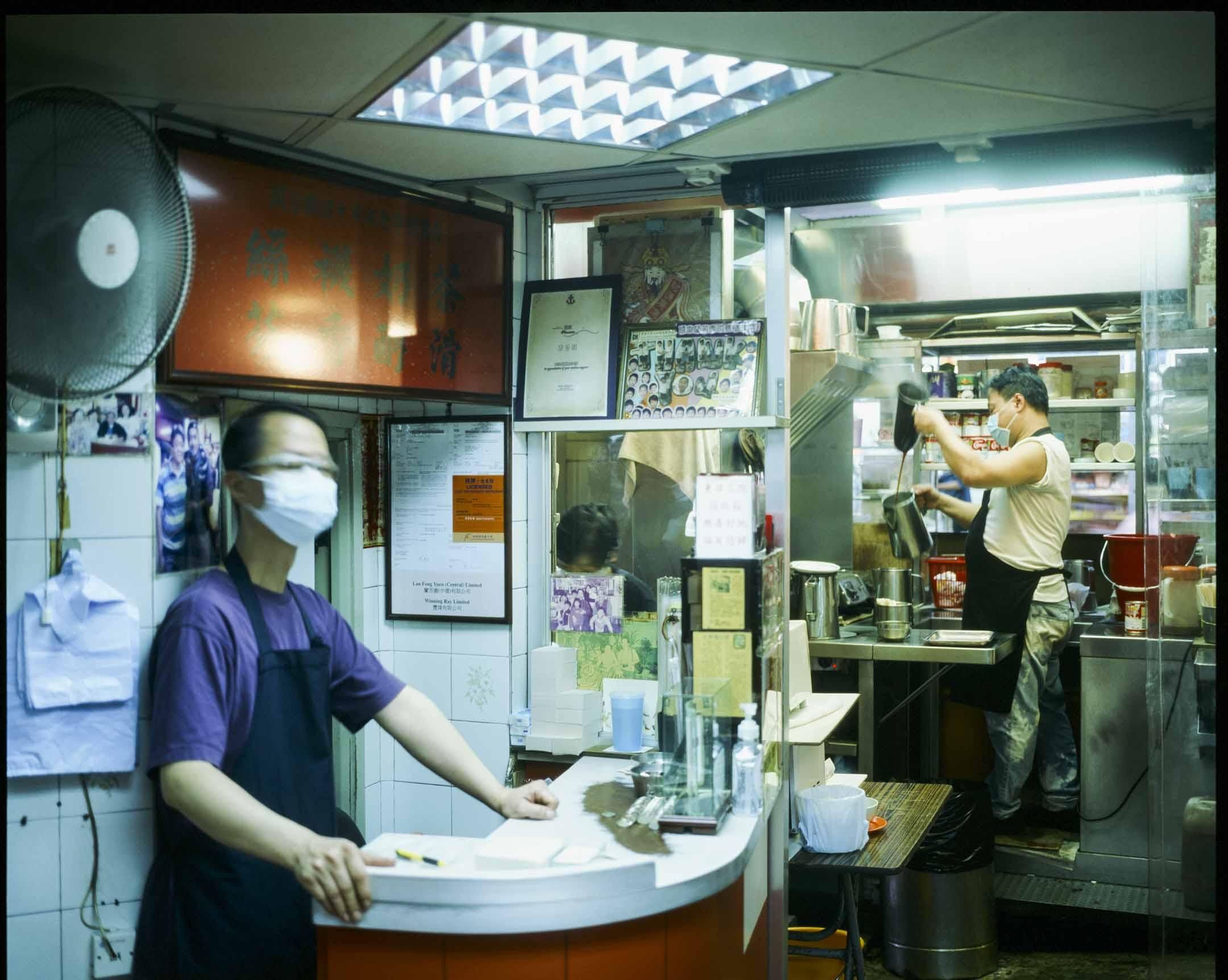 位於中環的蘭芳園,是香港一間歷史悠久的茶餐廳,餐廳早年首創以袋茶沖製、俗稱絲襪奶茶的港式奶茶。 攝:林振東/端傳媒