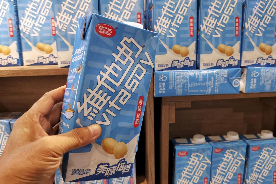 2021年7月3日,湖北省宜昌市,一名市民在超市裡拿著維他奶。 攝:Liu Junfeng/VCG via Getty Images
