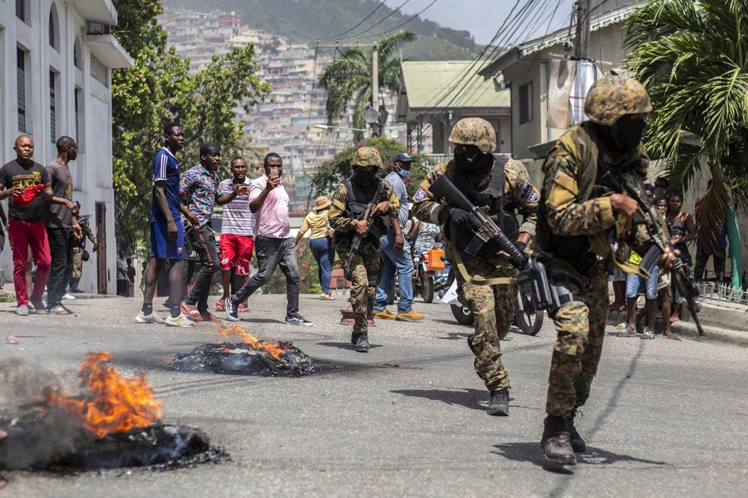 2021年7月8日,海地總統 Jovenel Moïse 在太子港被謀殺後,公民在警察局附近參加抗議。