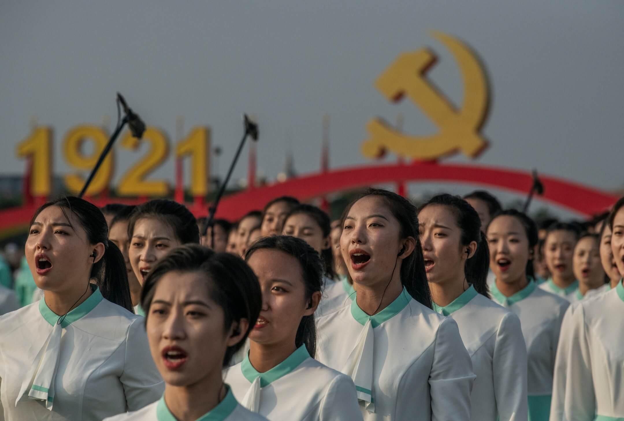 2021年7月1日,中共百週年黨慶,表演者在天安門廣場上獻唱。 攝:Kevin Frayer/Getty Images