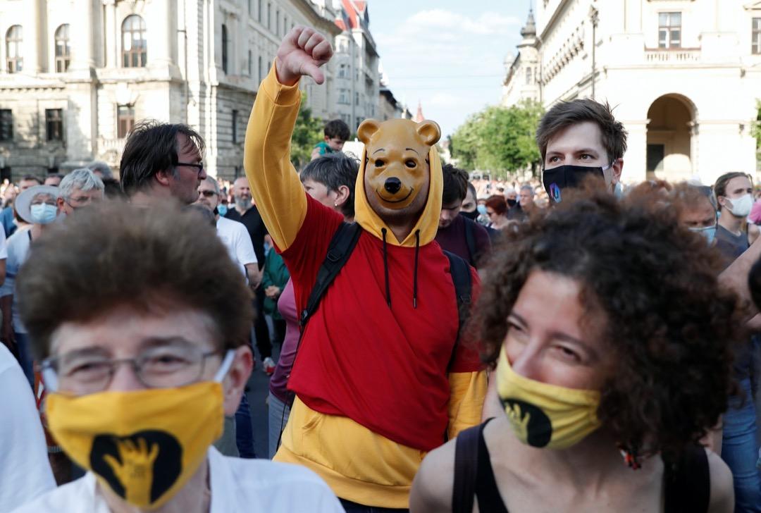 2021年5月6日,匈牙利布達佩斯有大型示威反對復旦大學布達佩斯分校計劃,有示威者穿上諷刺中國國家主席習近平的維尼熊服裝抗議。