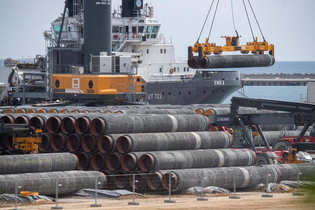 2021年6月1日,德國普特布斯(Putbus),「北溪二號」天然氣輸送管道裝船。 攝:Stefan Sauer/Getty Images