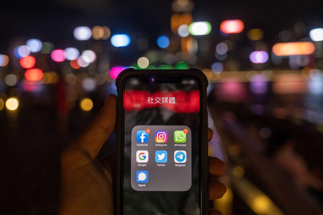 2020年7月7日,香港,一名市民展示手機上的社交媒體應用。 攝:Roy Liu/Getty Images