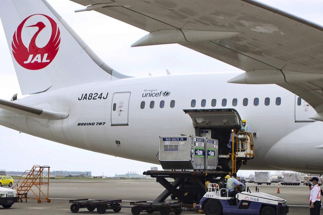 2021年6月4日,日本將124萬劑牛津阿斯特捷利康(AZ)疫苗捐給台灣,地勤人員在台灣桃園國際機場將部分疫苗從機艙卸下。日本外務大臣茂木敏充表示,7月中前將追加提供100萬劑AZ疫苗給台灣。
