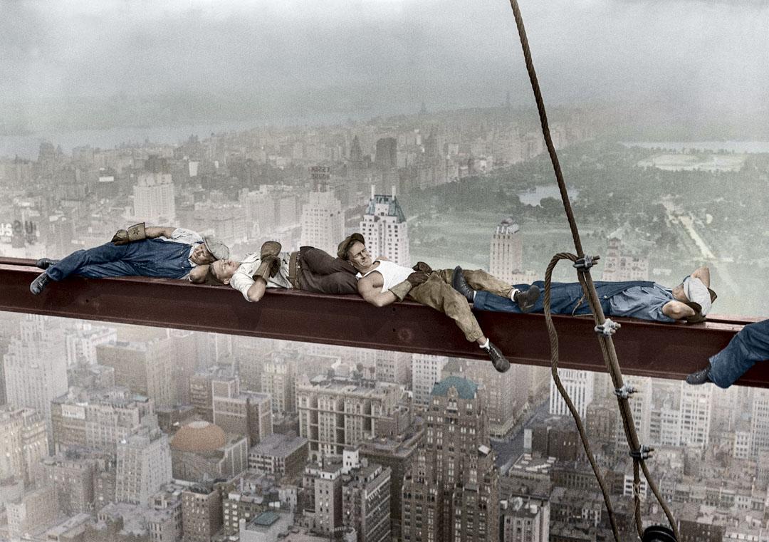 1932年,四名建築工人在懸掛在曼哈頓 800 英尺高的鋼梁上小睡。