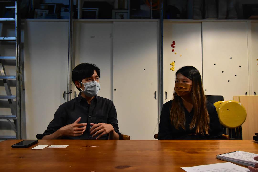 創作總監Kingsley(左)說,現今世代資訊泛濫,令人對身邊事物的感應變弱,聯合策展人Eugenia(右)表示希望透過藝術,能令人重拾對生活的感應。 圖:Ailey Chan