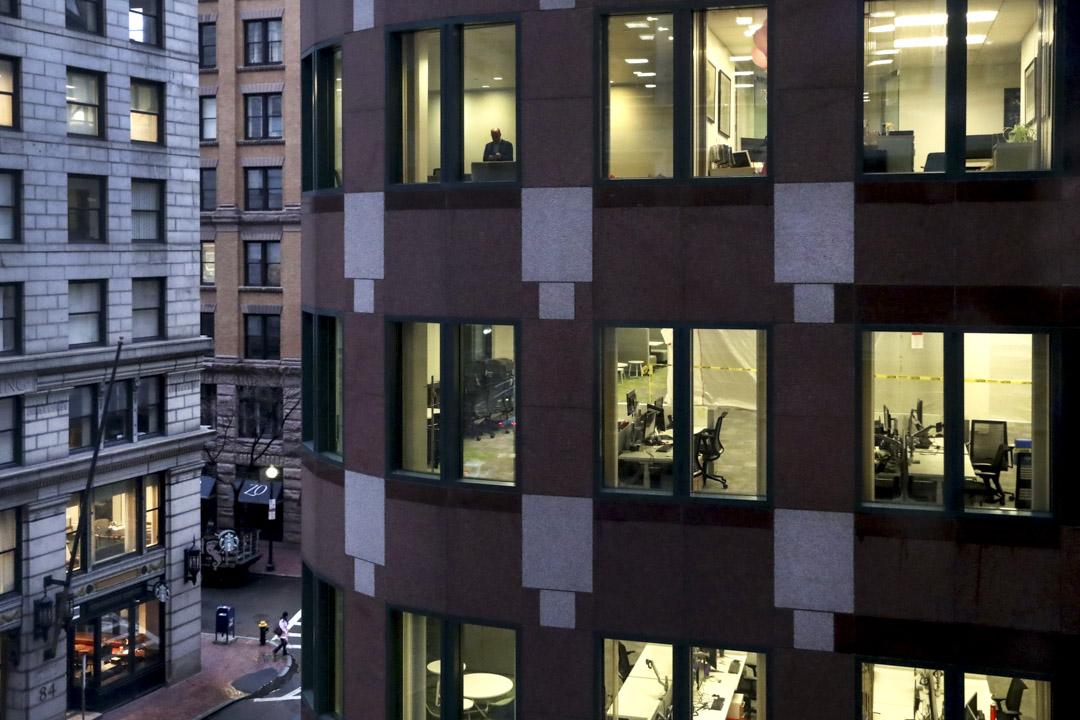2020年3月13日,波士頓市中心的一座辦公樓幾乎空無一人,由於新冠狀病毒病例不斷增加,更多人在家工作。 攝:David L. Ryan/The Boston Globe via Getty Images