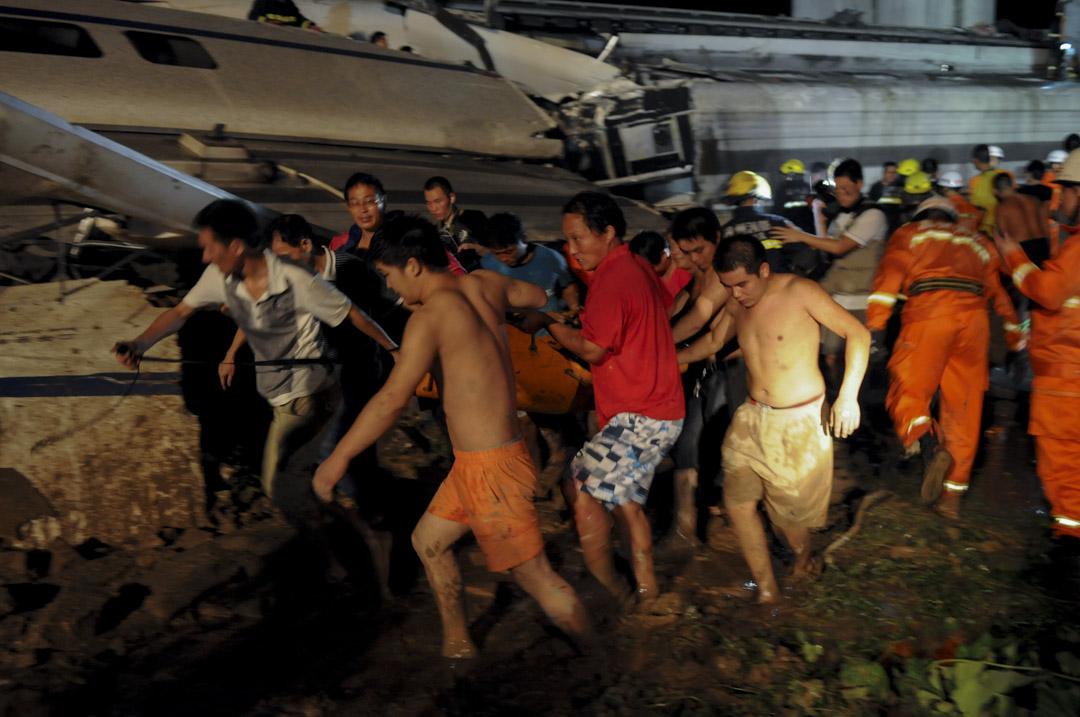 2011年7月23日,温州動車事故現場的拯救工作。