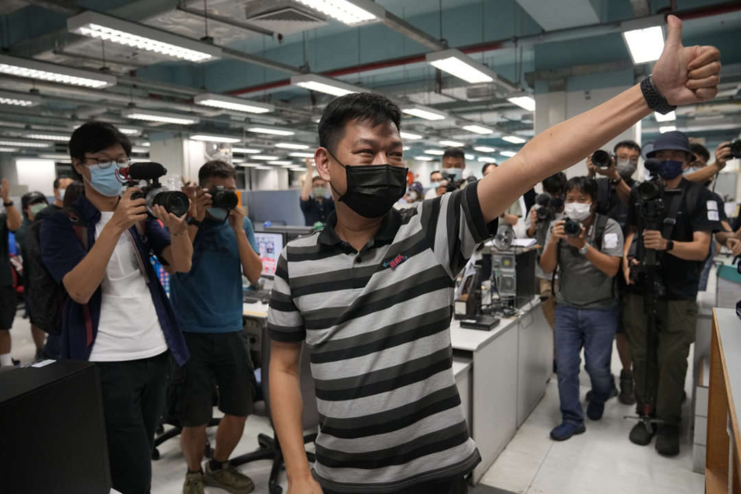 2021年6月23日,《蘋果日報》準備出版最後一份實體報章,時任執行總編輯林文宗向員工豎起大姆指致意。 攝:Kin Cheung / AP