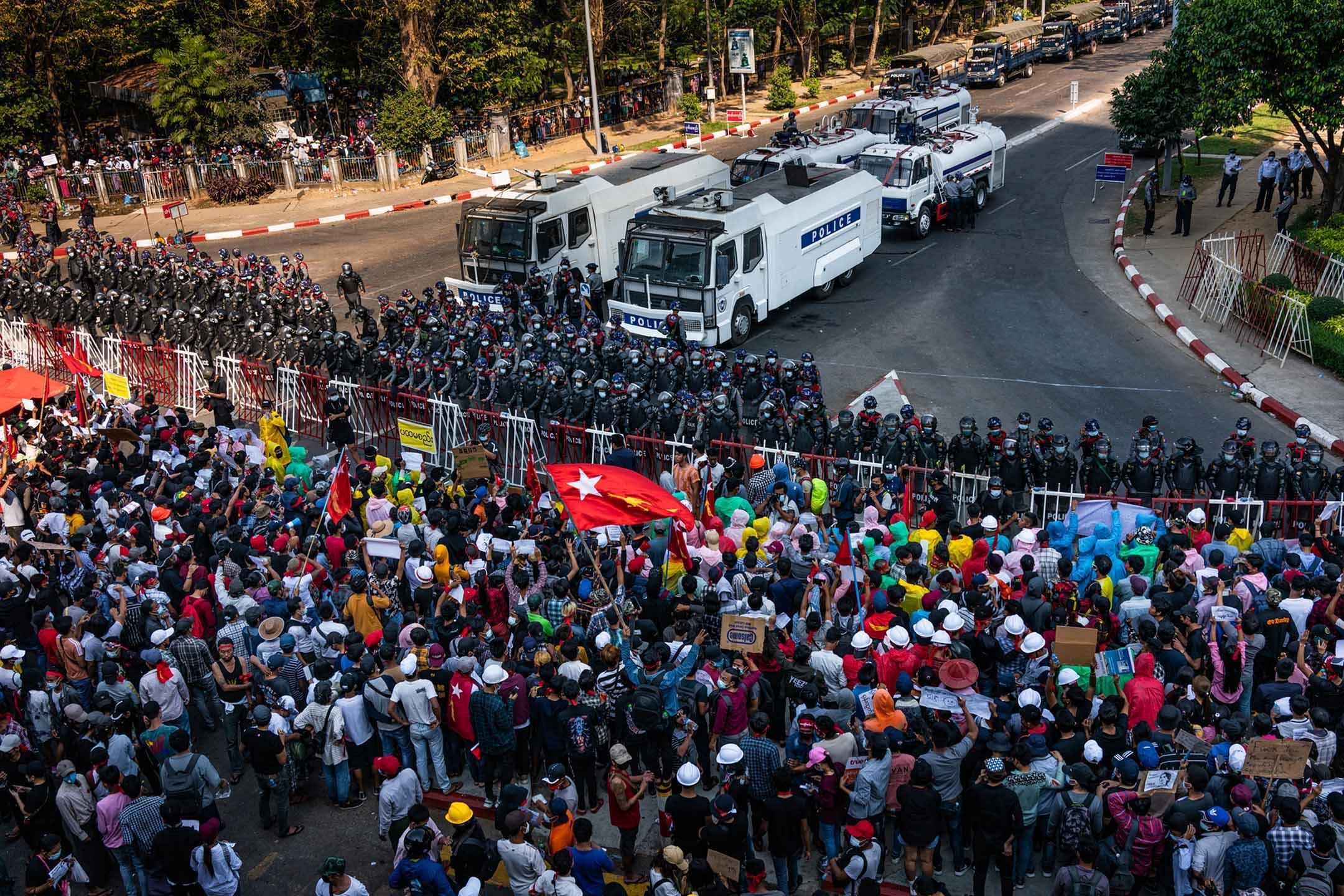 2021年2月9日緬甸仰光 ,示威者在防暴警察的路障旁。