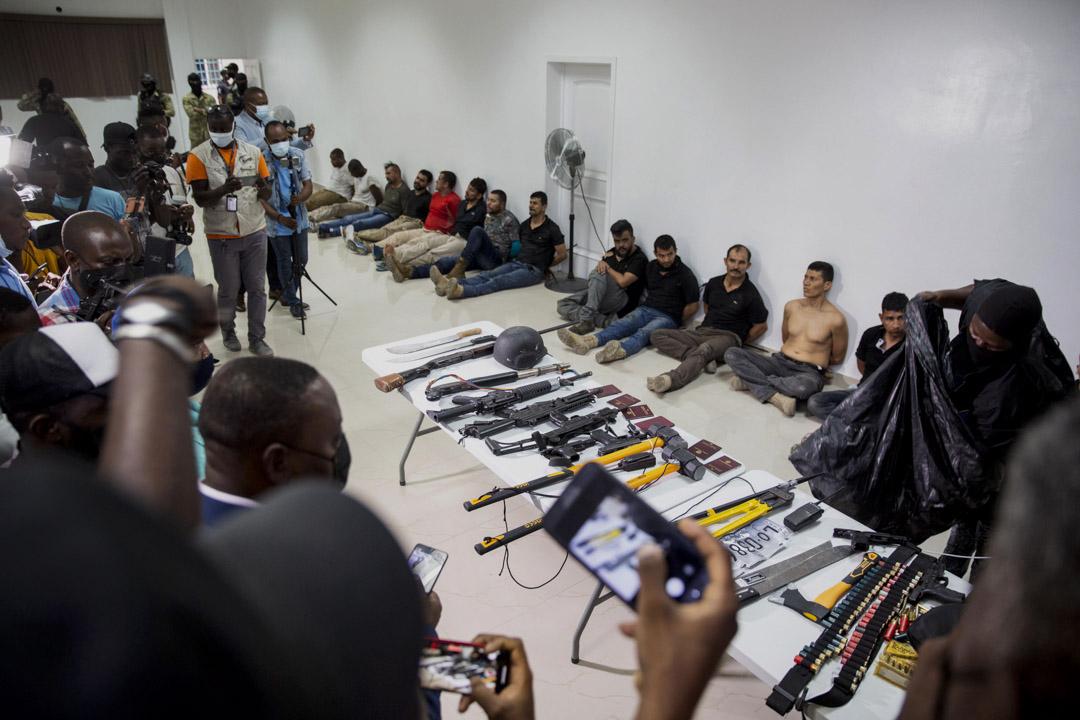 2021年7月8日,海地太子港警察總指揮部向媒體展示了暗殺海地總統 Jovenel Moise 的疑犯,以及他們據稱在襲擊中使用的武器和設備 。